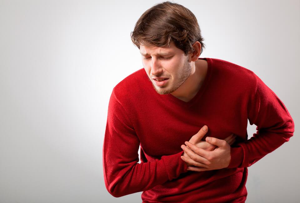 Резкая боль под грудью - причины и лечение