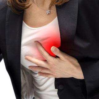 Боли под грудью: почему и что делать?